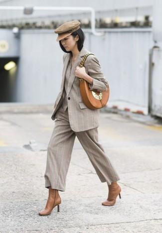 Cómo combinar: blazer a cuadros en beige, falda pantalón a cuadros en beige, botines de cuero marrón claro, bolso bandolera de cuero marrón claro