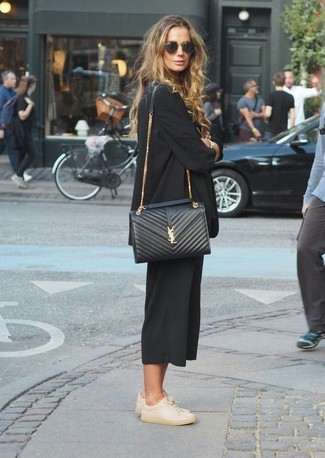 Utiliza un blazer negro de mujeres de Gucci y una falda pantalón negra para lidiar sin esfuerzo con lo que sea que te traiga el día. Para darle un toque relax a tu outfit utiliza tenis de cuero en beige.