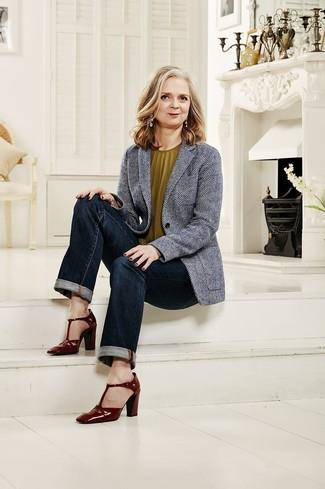 Cómo combinar: blazer de espiguilla gris, blusa sin mangas verde oliva, vaqueros azul marino, zapatos de tacón de cuero burdeos