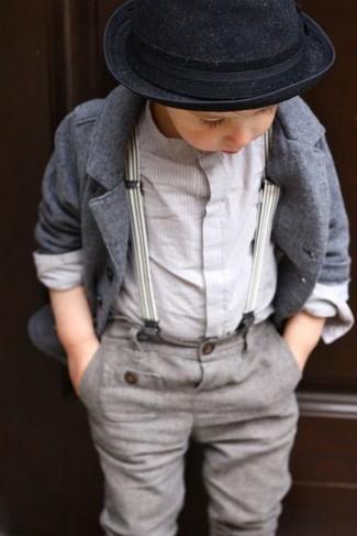 Cómo combinar: blazer gris, camisa de manga larga blanca, pantalones grises, sombrero negro