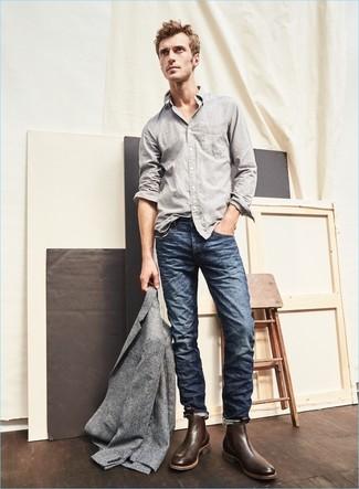 Cómo combinar unos botines chelsea de cuero en marrón oscuro: Elige un blazer de lana gris y unos vaqueros azul marino para un lindo look para el trabajo. Con el calzado, sé más clásico y usa un par de botines chelsea de cuero en marrón oscuro.