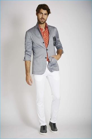 Cómo combinar: blazer de punto gris, camisa de manga larga estampada roja, pantalón chino blanco, zapatillas slip-on de cuero en gris oscuro