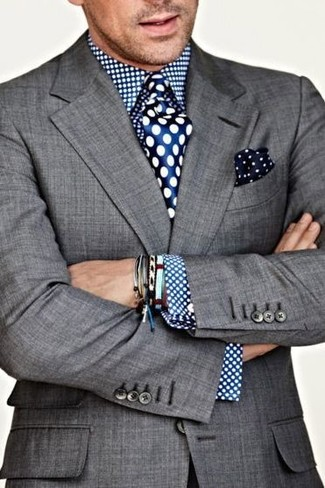 Cómo combinar: blazer gris, camisa de vestir a lunares azul, corbata de seda a lunares azul, pañuelo de bolsillo a lunares en azul marino y blanco
