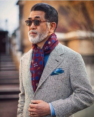Cómo combinar un blazer de punto gris: Elige un blazer de punto gris y una camisa de vestir azul para una apariencia clásica y elegante.