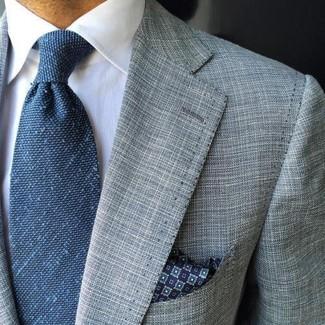 Cómo combinar: blazer gris, camisa de vestir blanca, corbata azul, pañuelo de bolsillo estampado azul marino
