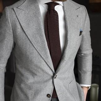 Cómo combinar: blazer gris, camisa de vestir blanca, corbata de punto en marrón oscuro, pañuelo de bolsillo verde oscuro