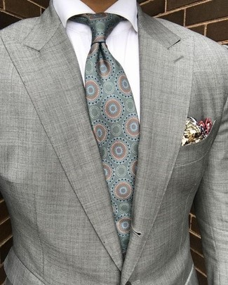 Cómo combinar: blazer gris, camisa de vestir blanca, corbata de seda estampada en verde menta, pañuelo de bolsillo estampado en beige