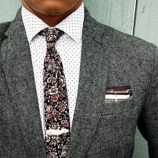 Cómo combinar una camisa de vestir a lunares en blanco y negro: Si buscas un look en tendencia pero clásico, haz de una camisa de vestir a lunares en blanco y negro y un blazer de lana gris tu atuendo.