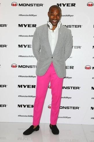 Cómo combinar: blazer gris, camisa de vestir blanca, pantalón chino rosa, mocasín de ante negro