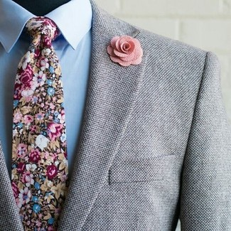 Cómo combinar: blazer de lana gris, camisa de vestir celeste, corbata con print de flores en multicolor, broche de solapa con print de flores rosado