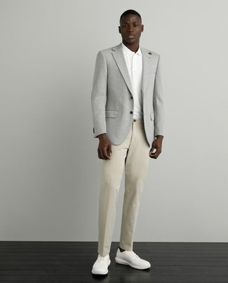 Cómo combinar un pantalón chino marrón claro: Haz de un blazer gris y un pantalón chino marrón claro tu atuendo para lograr un estilo informal elegante. Tenis de lona blancos añaden un toque de personalidad al look.