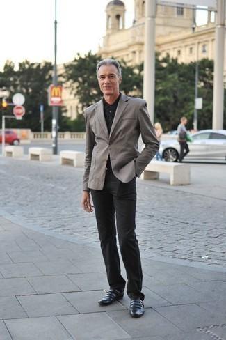 Cómo combinar una chaqueta: Si buscas un look en tendencia pero clásico, elige una chaqueta y un pantalón chino negro. Opta por un par de zapatos con doble hebilla de cuero negros para mostrar tu inteligencia sartorial.
