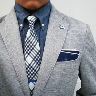 Cómo combinar: blazer de lana gris, camisa vaquera azul, corbata de tartán en azul marino y blanco, pañuelo de bolsillo estampado en azul marino y blanco