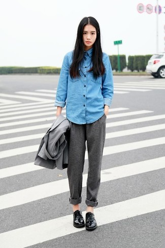 Camisa vaquera azul de Mira Mikati
