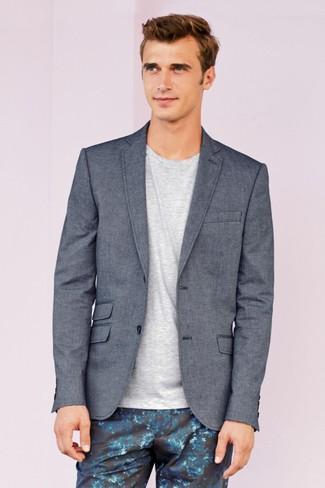 Cómo combinar un pantalón chino con print de flores azul: Intenta ponerse un blazer gris y un pantalón chino con print de flores azul para un lindo look para el trabajo.