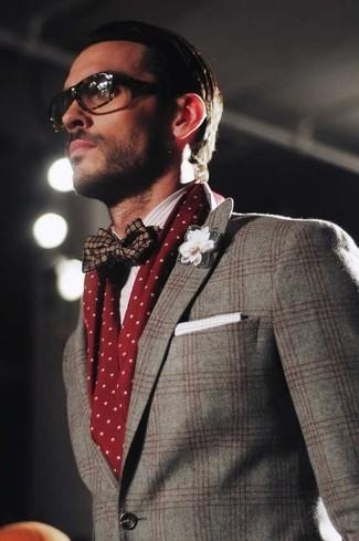 Cómo combinar: blazer de lana de tartán gris, corbatín de seda azul marino, pañuelo de bolsillo de algodón blanco, bufanda a lunares burdeos