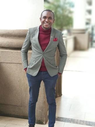 Cómo combinar: blazer gris, jersey de cuello alto burdeos, pantalón chino azul marino, pañuelo de bolsillo rojo