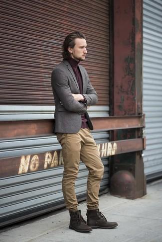 Cómo combinar: blazer de lana gris, jersey de cuello alto burdeos, pantalón chino marrón claro, botas casual de cuero en marrón oscuro