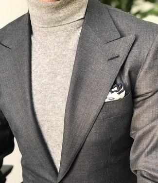 Cómo combinar: blazer gris, jersey de cuello alto en beige, pañuelo de bolsillo estampado en beige