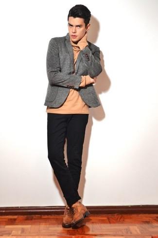 Cómo combinar: blazer de lana gris, jersey de cuello alto marrón claro, pantalón chino negro, zapatos brogue de cuero marrónes