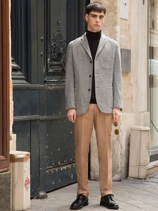 Cómo combinar: blazer de pata de gallo gris, jersey de cuello alto negro, pantalón de vestir marrón claro, zapatos derby de cuero negros