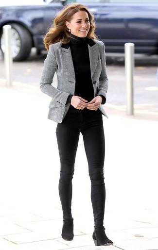 Cómo combinar: blazer de tartán gris, jersey de cuello alto negro, vaqueros pitillo negros, botines de ante negros