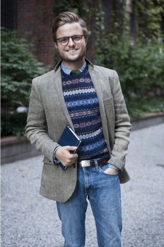 Si buscas un estilo adecuado y a la moda, empareja un blazer de lana gris junto a unos vaqueros azules.