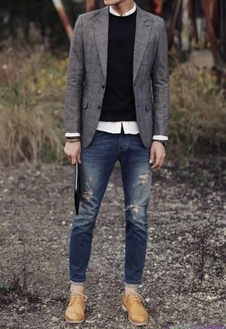 Cómo combinar: blazer de lana gris, jersey con cuello circular negro, camisa de manga larga blanca, vaqueros pitillo desgastados azul marino