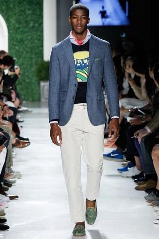 Cómo combinar: blazer azul, jersey con cuello circular estampado azul marino, camisa de manga larga celeste, pantalón chino blanco