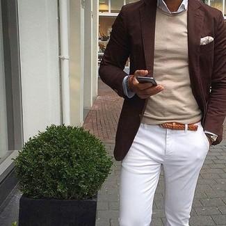 Cómo combinar: blazer en marrón oscuro, jersey con cuello circular en beige, camisa de manga larga blanca, pantalón chino blanco