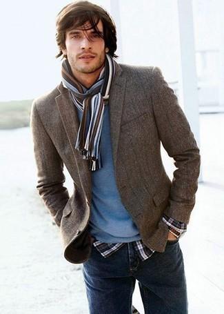 Opta por un blazer gris oscuro y un jersey con cuello circular azul para después del trabajo.