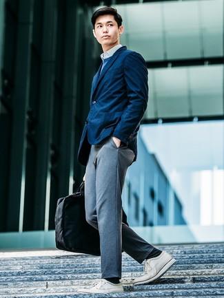 Cómo combinar: blazer azul marino, jersey con cuello circular azul, camisa de manga larga de rayas verticales en blanco y azul, pantalón chino de punto gris