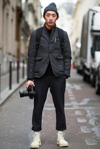 Cómo combinar una camisa de manga larga con unas botas casual: Utiliza una camisa de manga larga y un pantalón chino de lana en gris oscuro para un look diario sin parecer demasiado arreglada. ¿Te sientes valiente? Elige un par de botas casual.