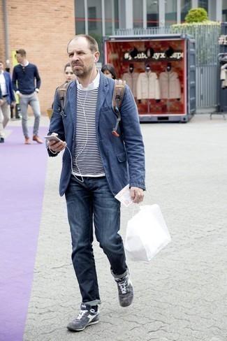Cómo combinar un blazer azul marino: Elige un blazer azul marino y unos vaqueros azul marino para después del trabajo. ¿Quieres elegir un zapato informal? Opta por un par de tenis de ante grises para el día.