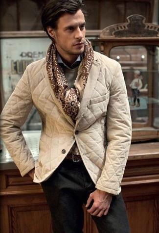 Cómo combinar: blazer acolchado marrón claro, jersey con cuello circular gris, camisa de manga larga celeste, pantalón chino en marrón oscuro