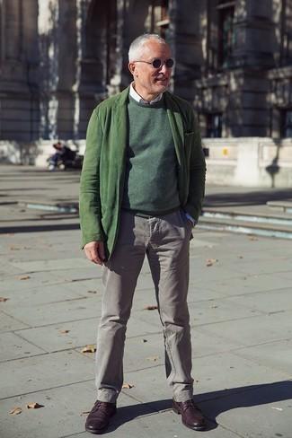 Cómo combinar un jersey con cuello circular verde oscuro: Ponte un jersey con cuello circular verde oscuro y un pantalón chino gris para conseguir una apariencia relajada pero elegante. Activa tu modo fiera sartorial y haz de zapatos derby de cuero burdeos tu calzado.
