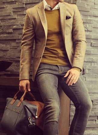 Cómo combinar: blazer de tartán marrón, jersey con cuello circular mostaza, camisa de manga larga blanca, vaqueros en gris oscuro