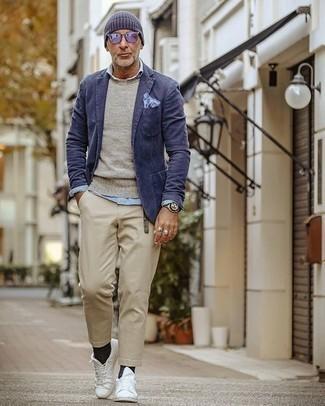 Haz de un blazer azul marino y un pantalón chino beige tu