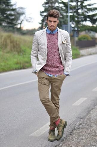 Cómo combinar: blazer en beige, jersey con cuello circular rosado, camisa de manga larga a lunares celeste, pantalón chino marrón claro