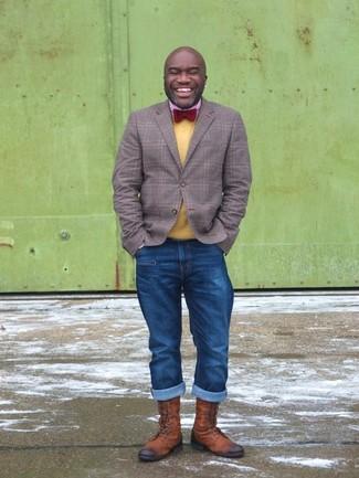 Cómo combinar: blazer de tartán gris, jersey con cuello circular amarillo, camisa de manga larga de cuadro vichy roja, vaqueros azules