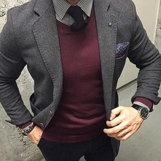 Cómo combinar: blazer de lana en gris oscuro, jersey con cuello circular burdeos, camisa de vestir de cuadro vichy en blanco y negro, pantalón chino negro