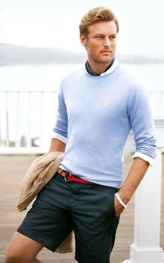 Cómo combinar: blazer de algodón de punto en beige, jersey con cuello circular celeste, camisa de vestir blanca, pantalones cortos azul marino