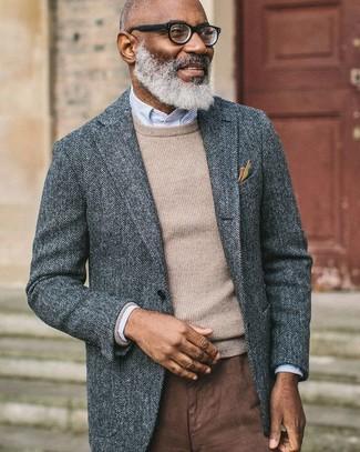 Cómo combinar: blazer de lana de espiguilla gris, jersey con cuello circular en beige, camisa de vestir de rayas verticales celeste, pantalón chino marrón