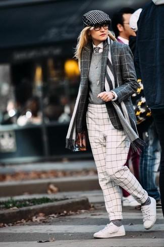 Cómo combinar un blazer de lana a cuadros en gris oscuro: Ponte un blazer de lana a cuadros en gris oscuro y unos pantalones pitillo a cuadros en blanco y negro para una vestimenta cómoda que queda muy bien junta. Si no quieres vestir totalmente formal, usa un par de tenis de cuero blancos.