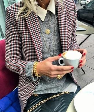 Cómo combinar: blazer de pata de gallo en blanco y rojo y azul marino, jersey con cuello circular gris, camisa de vestir blanca, vaqueros pitillo negros