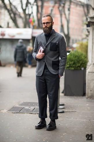 Cómo combinar: blazer de lana gris, jersey con cuello circular negro, camisa de vestir en gris oscuro, pantalón chino negro