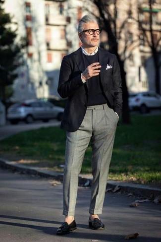 Cómo combinar: blazer negro, jersey con cuello circular negro, camisa de vestir blanca, pantalón de vestir de lana gris