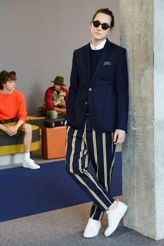 Moda para hombres de 20 años: Empareja un blazer azul marino junto a un pantalón chino de rayas verticales azul marino para las 8 horas. Si no quieres vestir totalmente formal, usa un par de tenis de lona blancos.
