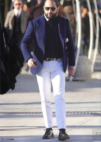 Cómo combinar una camisa: Considera emparejar una camisa con un pantalón chino blanco para el after office. ¿Te sientes valiente? Elige un par de zapatos derby de cuero negros.