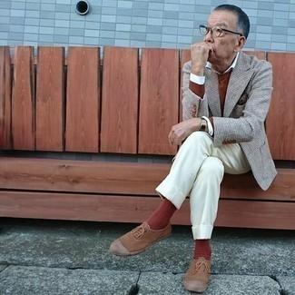Cómo combinar un blazer de lana de pata de gallo gris: Equípate un blazer de lana de pata de gallo gris junto a un pantalón de vestir blanco para una apariencia clásica y elegante. ¿Quieres elegir un zapato informal? Usa un par de tenis de lona marrónes para el día.
